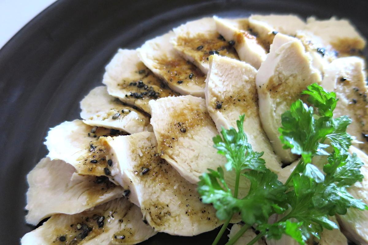保存も可能な簡単低カロリー鶏ハムの作り方【鍋に入れるだけ!】