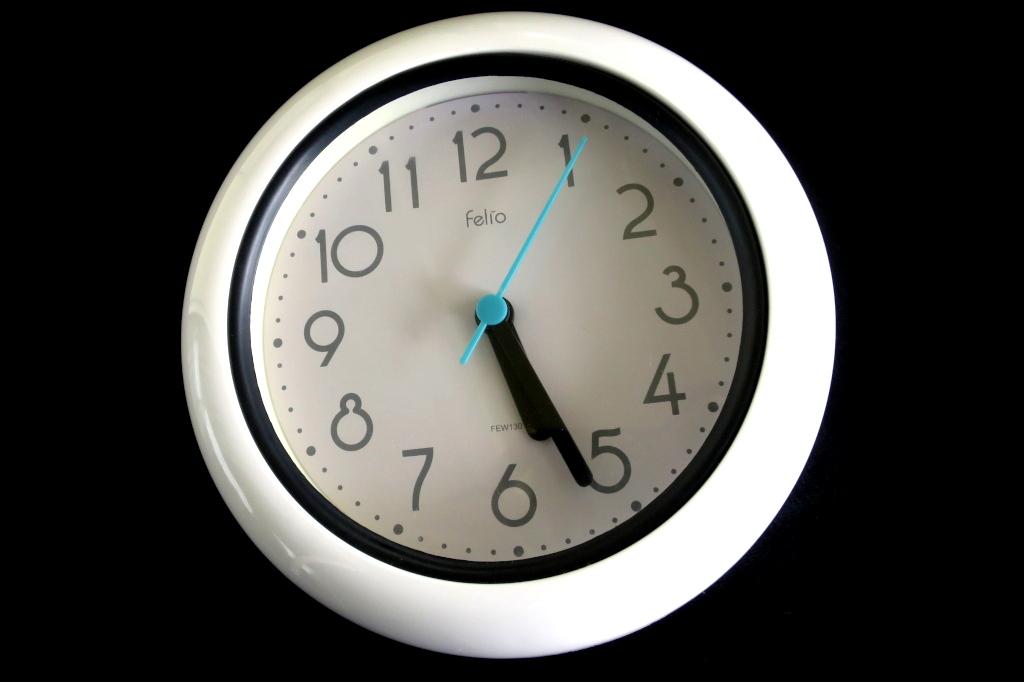 壁掛け時計が動かない時の修理方法【ムーブメント交換前にしたいこと】